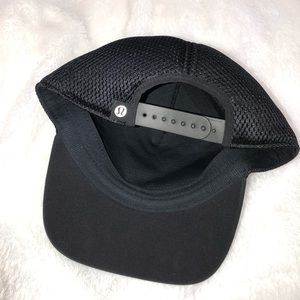 Lululemon black snap back hat